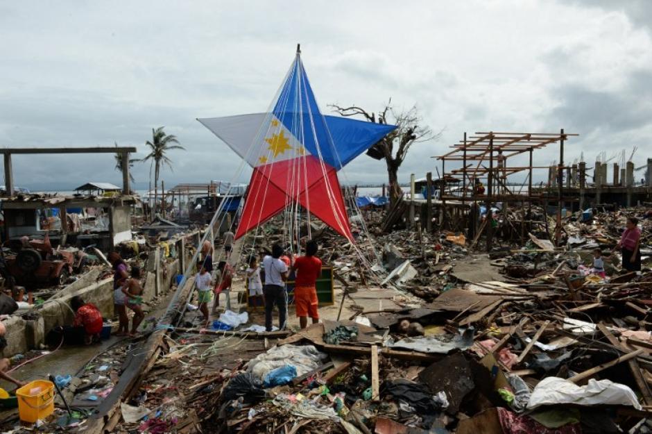 A pesar de los desastres del tífon Haiyan en Filipinas, sus ciudadanos colocaron adornos en medio del desastre ocurrido hace unas semanas. El mundo entero se ha unido para ayudar a los filipinos en especial en época navideña. (AFP)