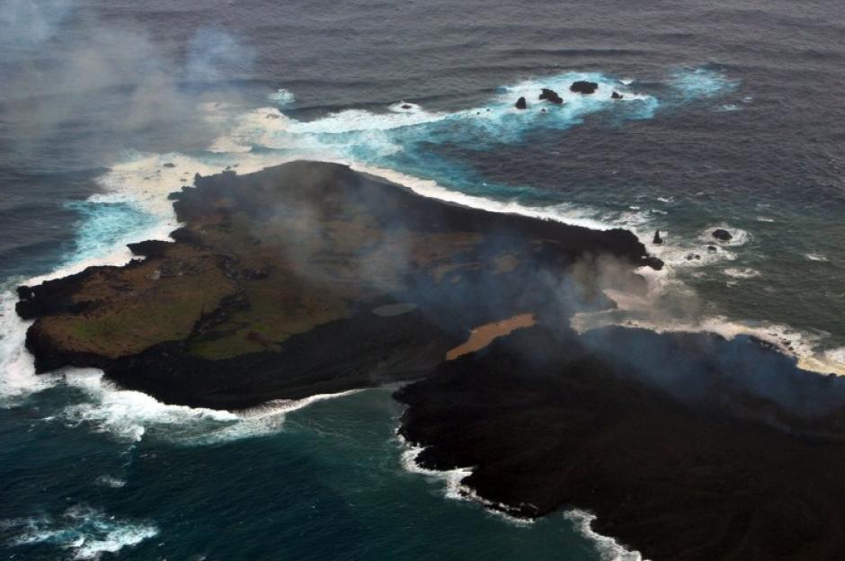 Desde que una erupción volcánica creó una pequeña isla a mil kilómetros de Tokio, ese terreno crece constantemente y hasta el momento casi que duplicó su tamaño. (Foto: AFP)