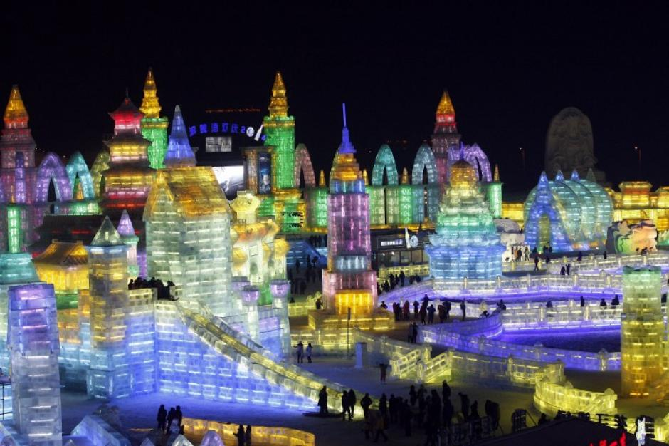 Esta foto tomada el 30 de diciembre 2013 refleja las personas que visitan las linternas de hielo y esculturas del 2014 Harbin Internacional de Hielo y Nieve Festival en Harbin, en la provincia de Heilongjiang, noreste de China. AFP