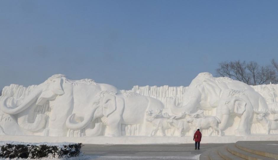 Para tallar los bloques de hielo de la superficie del río Shongua se utilizan motorsierras,cinceles, picos de hielo y varios otros tipos de sierras.También puede utilizarse agua desionizada para conseguir esculturas de mayor transparencia.AFP/ GOH CHAI HIN