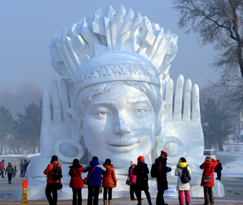Esta imagen tomada el 5 de enero de 2014 muestra a los visitantes que buscan en una escultura de nieve en exhibición en el Sun Island International Expo Nieve Escultura Arte; el festival ha atraído un total combinado de 28,5 millones de visitantes en los últimos dos años. AFP PHOTO / GOH CHAI HIN