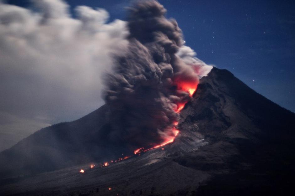 La furia del volcán Sinabung en Indonesia desató una serie de erupciones y ríos de lava, dejando espectaculares imágenes. Foto del 15 de enero. (Foto: Sutanta Aditya/AFP)