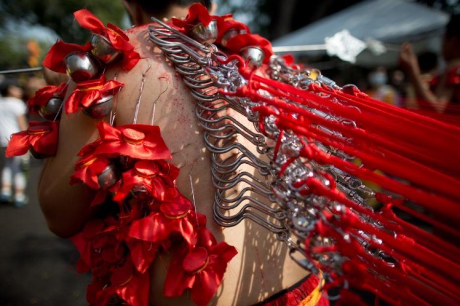 Un devoto hindú, con ganchos atravesados por la espalda camina hacia el templo Hill Top Murugan como parte de su ofrenda durante el colorido festival Thaipusam, una de las tradiciones más extremas del mundo religioso. El festival hindú de Thaipusam, que conmemora el día en que la diosa Pavarthi dio a su hijo el Señor Muruga es celebrado por unos dos millones de indios étnicos en Malasia. La imagen del día 18 de enero fue tomada por Mohd Rasfan de AFP.