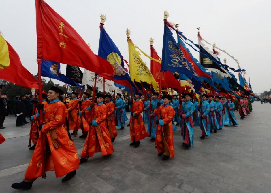 Intérpretes chinos participan en una ceremonia tradicional de la dinastía Qing en la que los emperadores pidieron por la buena fortuna, durante las festividades del Año Nuevo Lunar en el Templo del Cielo en Beijing, el 31 de enero de 2014. AFP