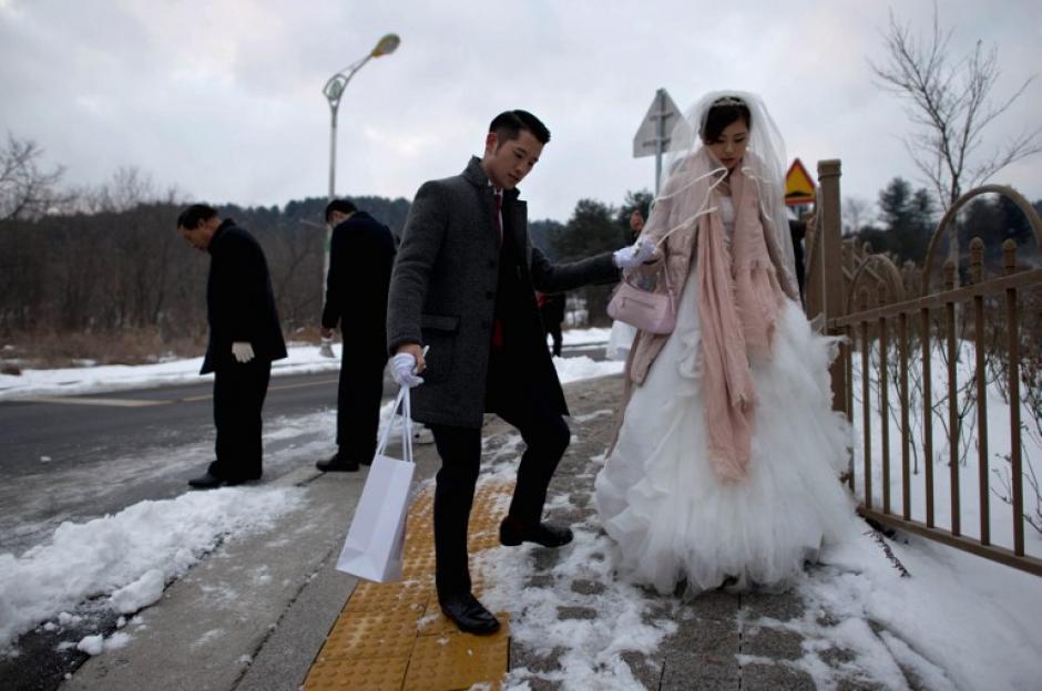Participantes de la boda colectiva llegan al lugar donde se celebrará el matrimonio colectivo de la secta Moon. Foto AFP