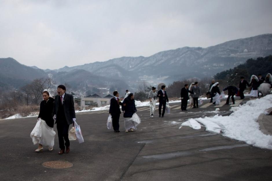 Decenas de parejas llegan al lugar de la boda masiva. Foto AFP