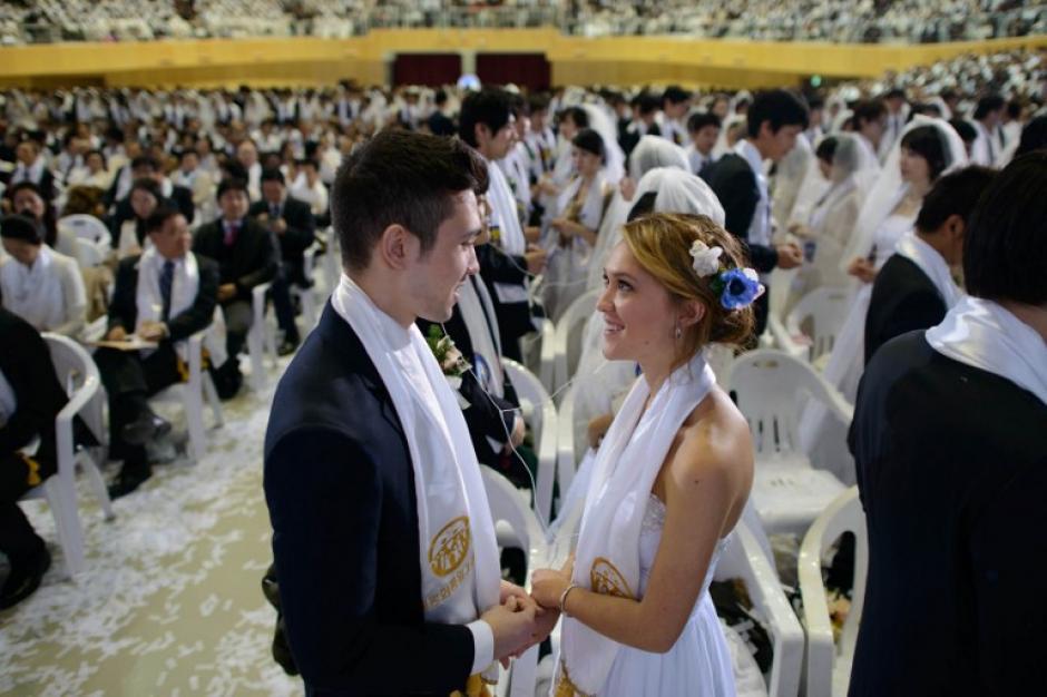 La primera boda colectiva de la secta Moon se realizó en 1997. Foto AFP