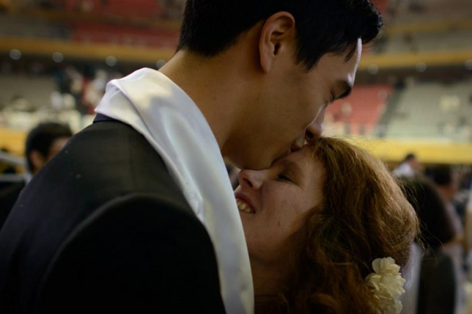 El final de la boda con los gestos de amor entre las parejas participantes. Foto AFP