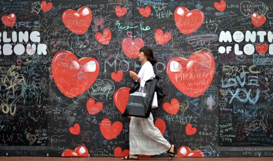 """En Sidney, Australia hay una pared en el distrito de Darling Harbour a donde los enamorados y no enamorados llegan a poner sus mensajes relacionados con el amor. El sector se ha convertido en un """"graffiti"""" permanente sobre el tema. Foto AFP"""