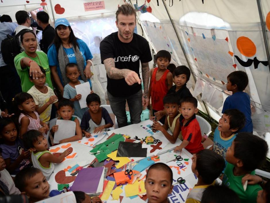 Beckham compartió con niños filipinos afectados por el tifón Haiyan, quienes ya habían recibido ayuda del exfutbolista inglés a través de donaciones hechas por medio de la Cruz Roja
