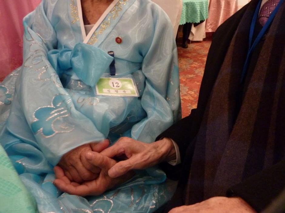 Las reuniones son un asunto con un importante valor sentimental en Corea, y la mayoría de los participantes tiene entre 70 y 80 años de edad, por lo que han pedido ver a sus familiares antes de un eventual fallecimiento. (Foto: Ed Jones/AFP)