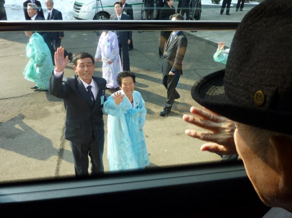 Los ciudadanos surcoreanos que han participado en los últimos días en las reuniones de familiares separados por la Guerra de Corea (1950-1953) han comenzado este martes a regresar a su país, una vez terminado el periodo de encuentros acordados entre Seúl y Pyongyang. (Foto: Ed Jones/AFP)