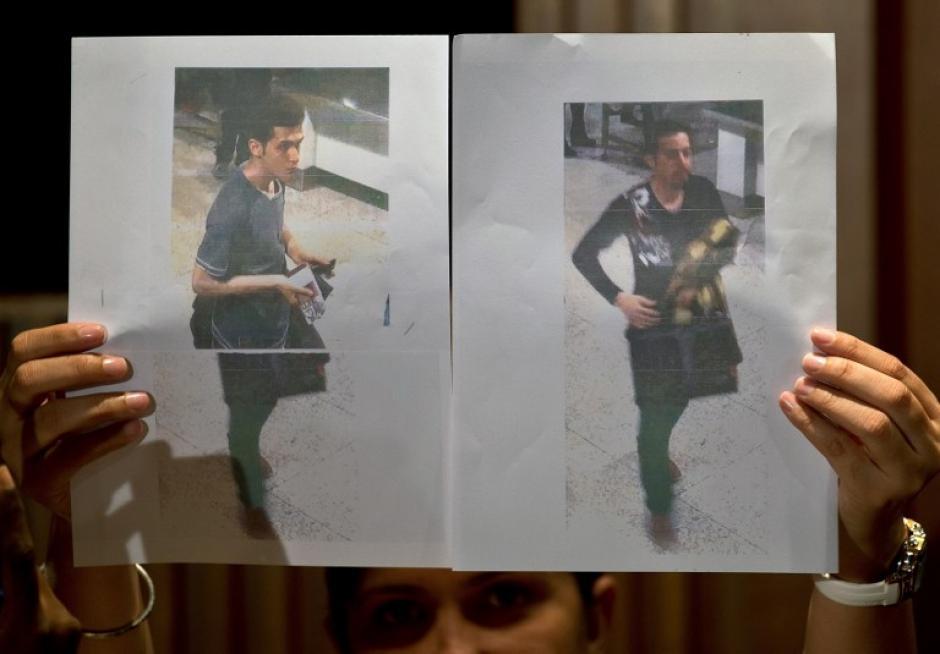 Un oficial de la policía de Malasia muestra fotografías de los dos hombres que abordaron el vuelo MH370 de Malaysia Airlines utilizando pasaportes europeos robados a los medios en un hotel cerca del aeropuerto internacional de Kuala Lumpur en Sepang el 11 de marzo de 2014. La policía de Malasia dijo el 11 de marzo uno de los dos pasajeros sospechosos que abordaron un avión de pasajeros que faltaba era un inmigrante ilegal de Irán, como familiares de algunas de las 239 personas a bordo, dijeron que estaban perdiendo la esperanza de un milagro. (Foto: AFP / Manan VATSYAYANA)