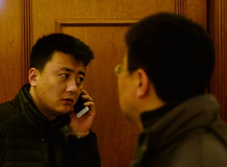 Varios de los familiares de los pasajeros llaman a los celulares de los desaparecidos y tienen tono de llamada, pero nadie contesta. (Foto: AFP)