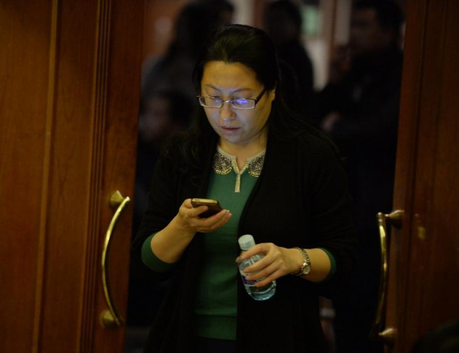 Otros familiares ante la falta de información y con alguna esperanza, intentan llamar a los móviles. (Foto: AFP)
