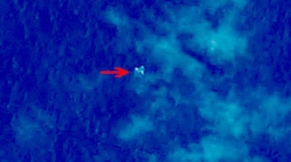 Una imagen de satélite tomada desde el espacio ilustra restos que se creyeron podían ser del avión desaparecido. (Foto: AFP)