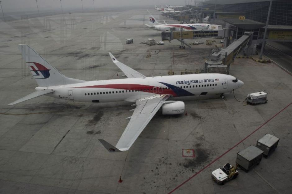 Aviones de Malaysia Airlines se ven en la pista de Kuala Lumpur International Airport. Pese a la intensa búsqueda, no se han encontrado ni rastro de escombros en uno de los grandes misterios de la aviación. (Foto: AFP)