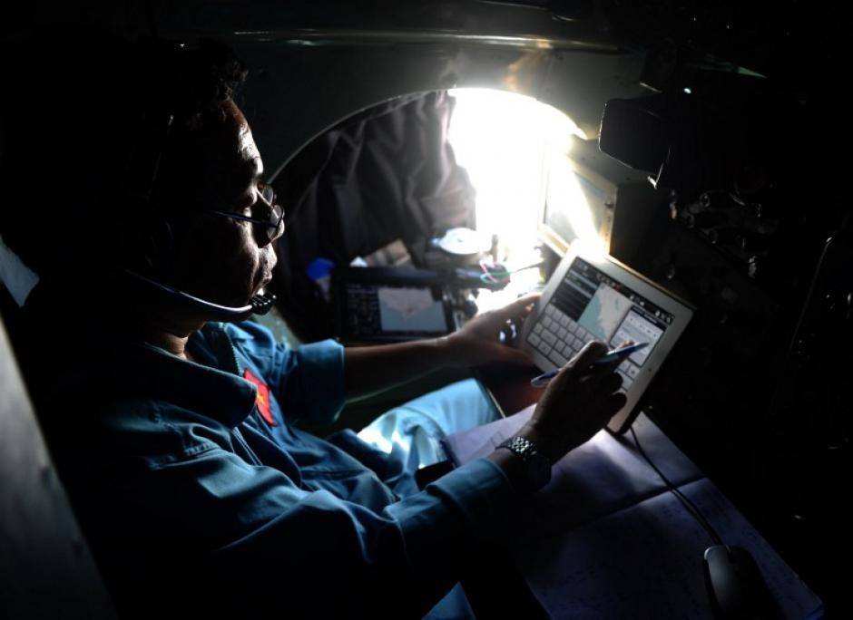 Un piloto a bordo de un avión ruso-vietnamita de la Fuerza Aérea AN-27 utiliza una tableta durante un vuelo de exploración sobre el mar del sur de Vietnam dirigida a la búsqueda de los desaparecidos de Malaysia Airlines. (Foto: AFP)