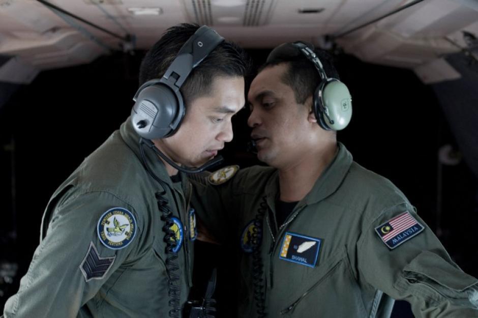 Miembros de la tripulación de la Real Fuerza Aérea de Malasia se comunican entre sí durante una operación de búsqueda y rescate (SAR) para encontrar el Malaysia Airlines avión MH370 faltante sobre el estrecho de Malaca. (Foto: AFP)
