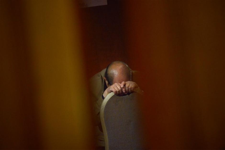 Un familiar de los pasajeros del avión desaparecido de Malaysia Airlines espera nueva información en un hotel en Beijing. Han sido días de enorme sufrimiento y angustia. (Foto: AFP)