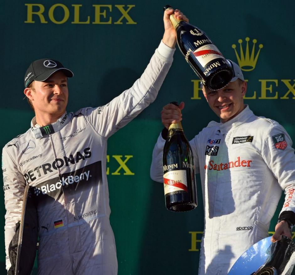 Nico Rosberg en el podio de ganadores brinda, tras ganar el Gran Premio de Australia 2014. (Foto. AFP)