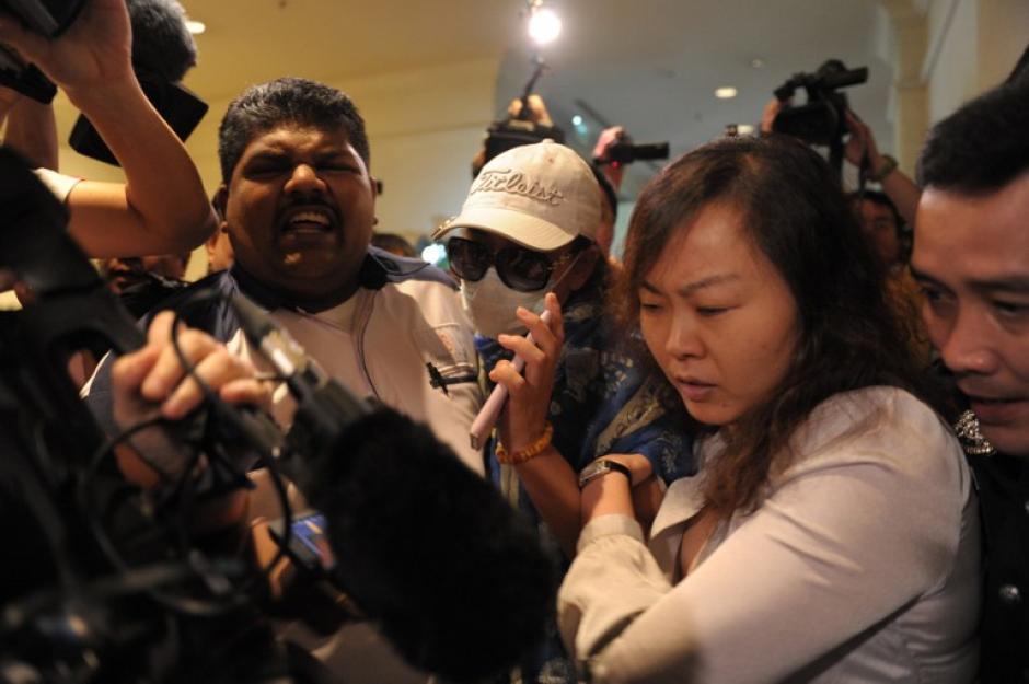 Al final de la conferencia hubo gritos y mucha inconformidad de parte de los familiares de los pasajeros del vuelo de Malaysia Arilines quienes decidieron nombrar a un portavoz para que de declaraciones en nombre del grupo de afectados por esta desaparición. (Foto: AFP)