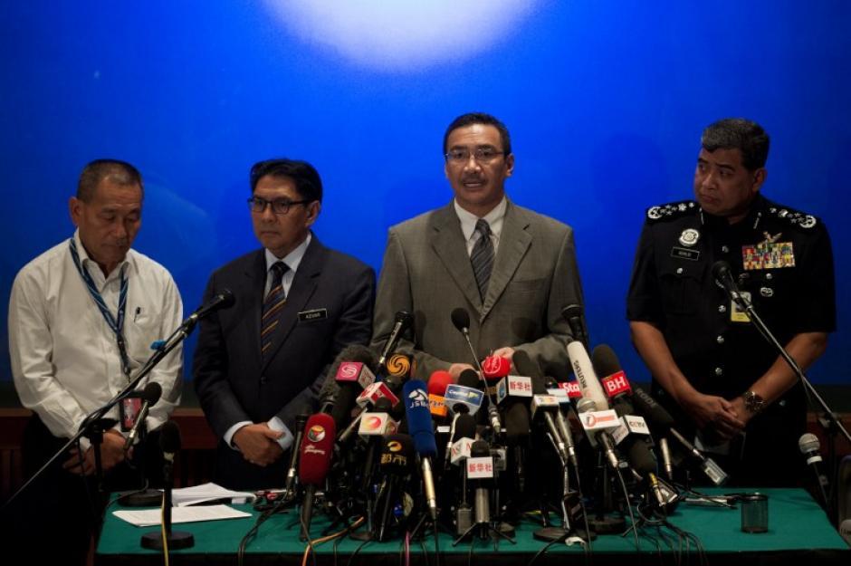 Autoridades y representantes de la aerolínea Malaysia Airlines dieron este miércoles una conferencia de prensa. Sin embargo, las familias de los pasajeros afirman que no han recibido ninguna nueva información sobre la desaparición. (Foto: AFP)