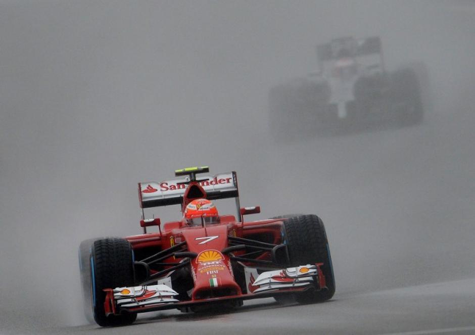 Fernando Alonso a bordo de su vehículo Ferrari. (Foto: AFP)