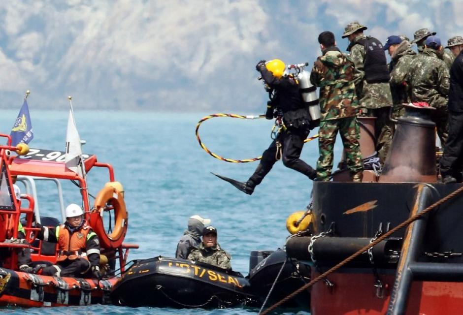 Los buzos siguen buscando cuerpos de víctimas del ferry, este viernes suman 183 fallecidos. (Foto:AFP)