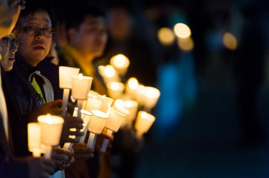 Varias personas realizaron una vigilia para los estudiantes entre los pasajeros desaparecidos del ferry. En total el barco transportaba 476 personas. (Foto:AFP)