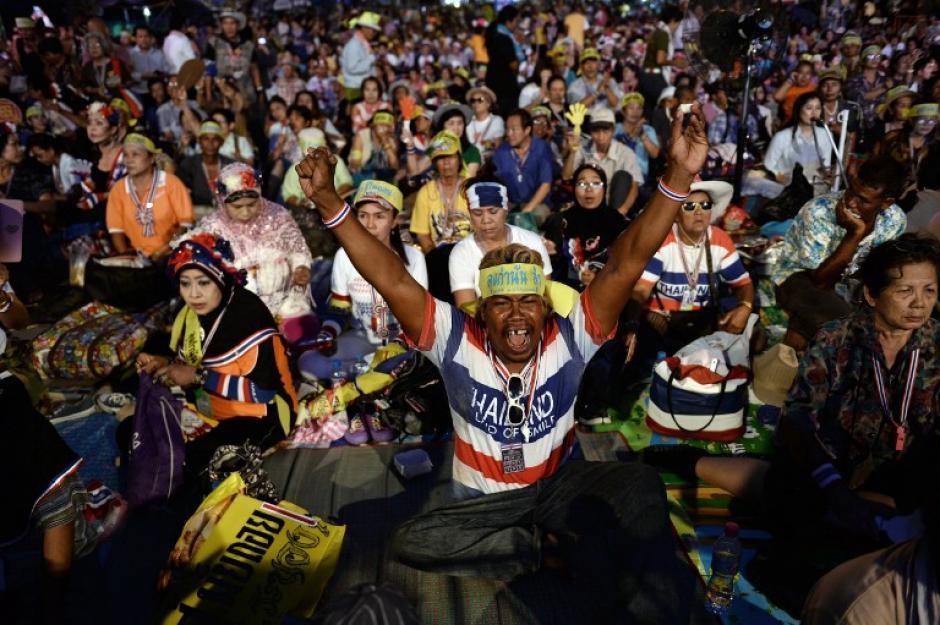 Miles de personas celebran el golpe de estado en Tailandia, en donde se supendió la Constitución y se sacaron del aire a varios canales de televisión. (Foto: AFP)