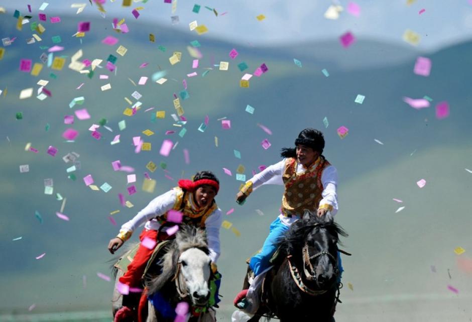 Jinetes infantiles llevaban trajes de su región para competir en un evento de la equitación tradicional en el Condado Hongyuan de la ciudad de Aba, o pueblo Ngawa, provincia de Sichuan, suroeste de China. Unos 300 jinetess de 15 equipos de todo el país participaron en el evento de la equitación tradicional, la foto del día 18 de junio fue tomada por AFP.