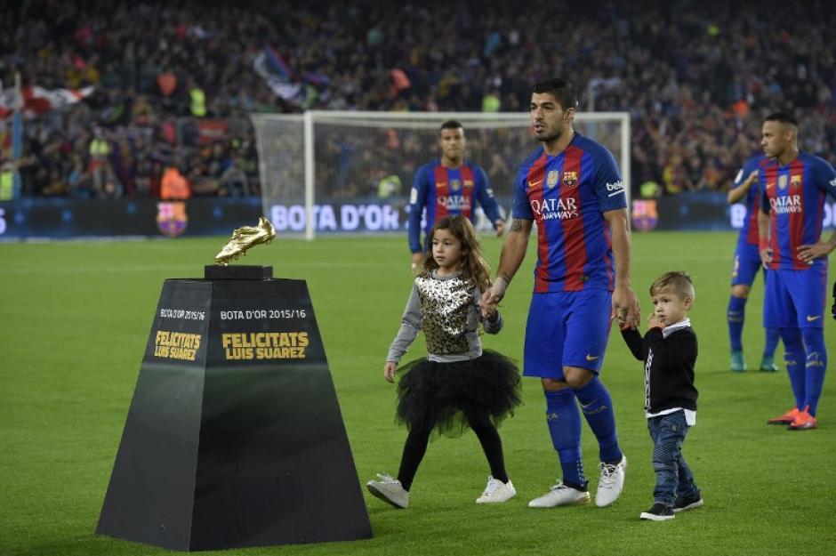 Luis Suárez presentó su Bota de Oro con sus hijos. (Foto: AFP)
