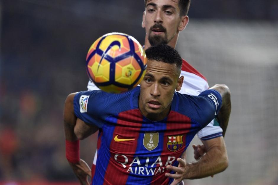 El brasileño estuvo peleando con los rivales. (Foto: AFP)