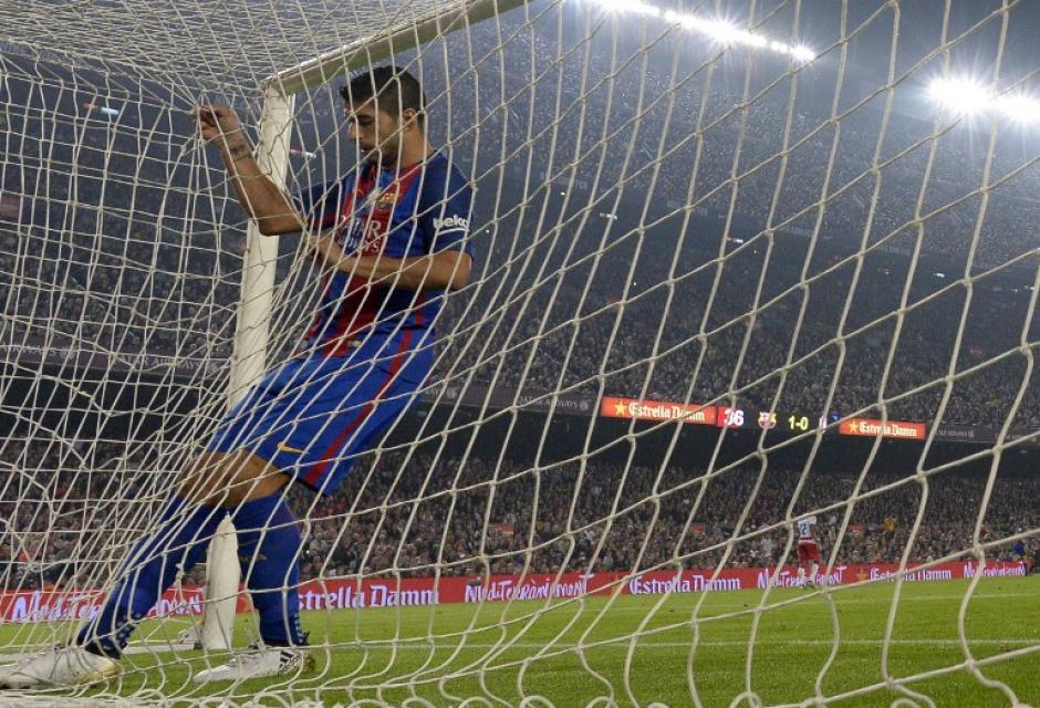 Luis Suárez se fue enojado consigo mismo. (Foto: AFP)