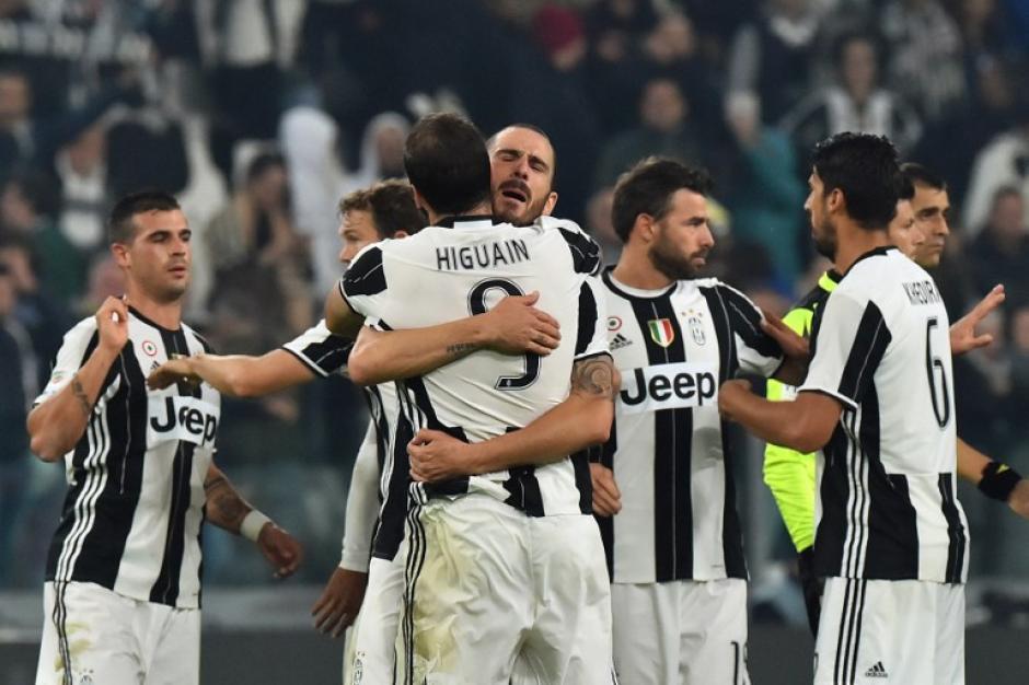 Bonucci abraza al Pipita después del gol. (Foto: AFP)