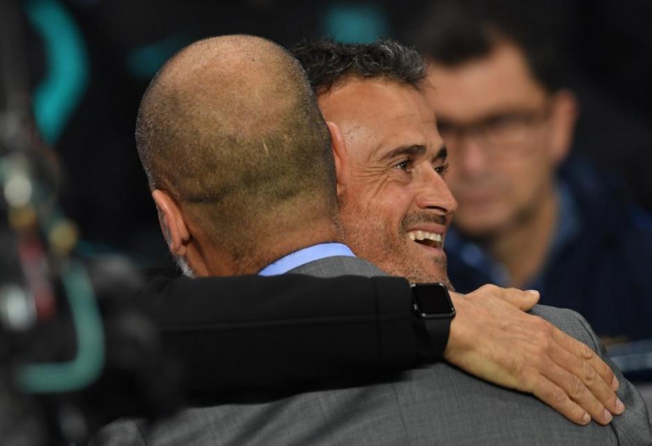 Luis Enrique abraza a su amigo al final del choque. (Foto: AFP)