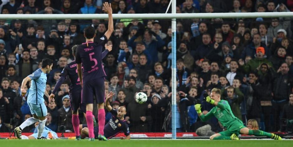 Los jugadores del Barça reclaman la mano en el tercer gol. (Foto: AFP)