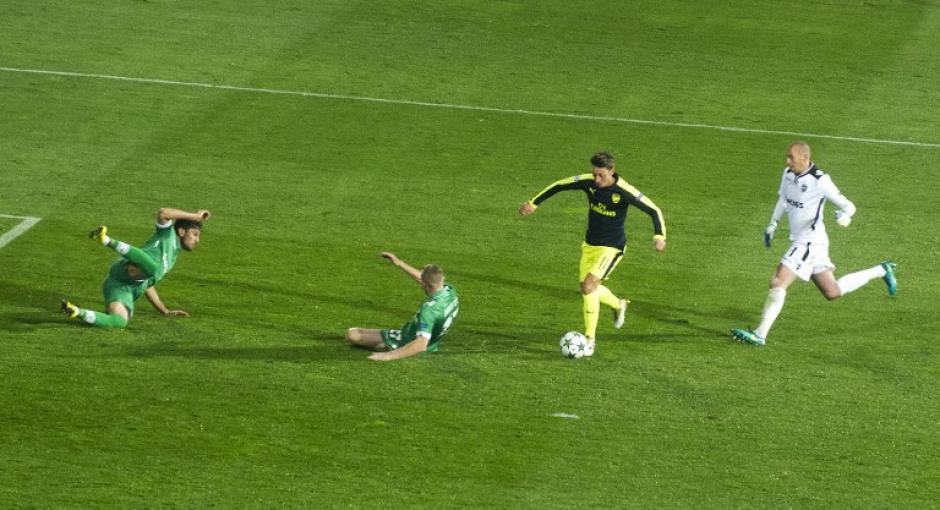 La imagen deja muy claro que lo de Özil fue un golazo. (Foto: AFP)