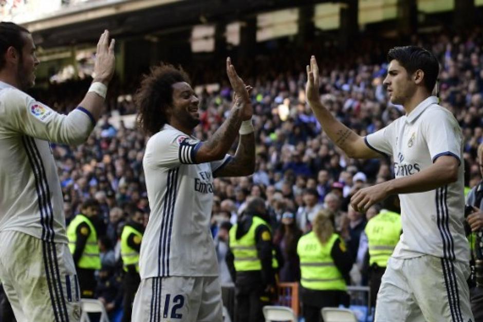 Marcelo felicita Morata luego de la anotación de este último. (Foto: AFP)