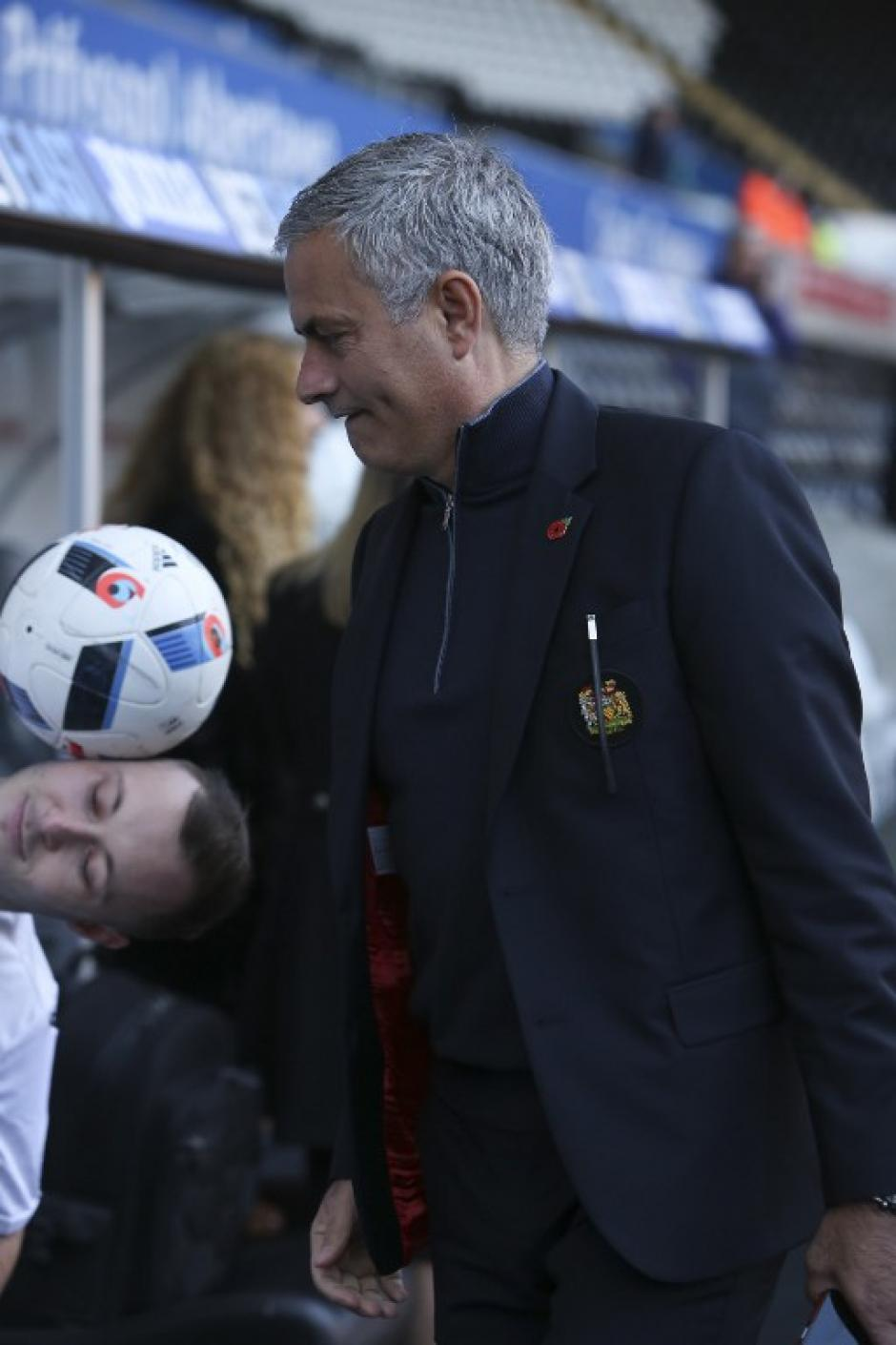 Curiosa foto en la que se ve al chico balanceando la pelota. (Foto: AFP)
