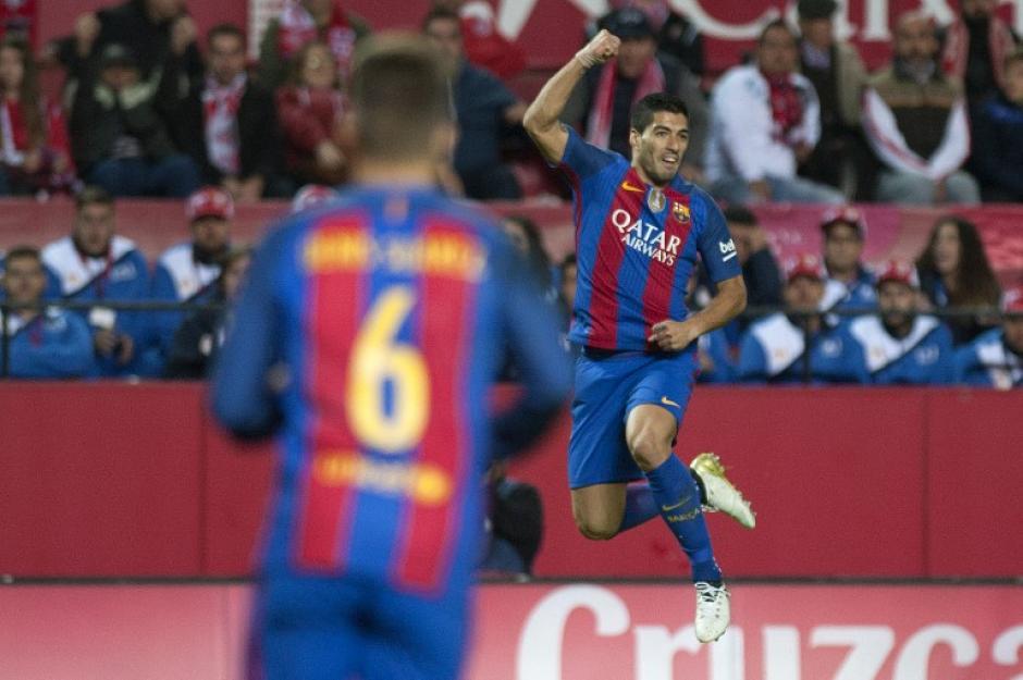 Suárez celebra su gol ante la mirada de Denis Suárez. (Foto: AFP)