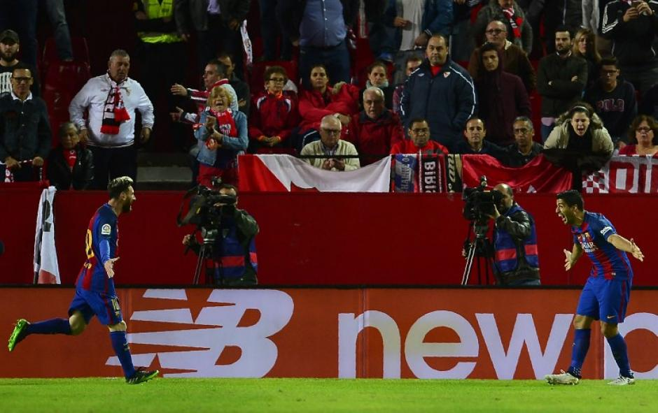 Suárez espera a Messi para abrazarlo. (Foto: AFP)
