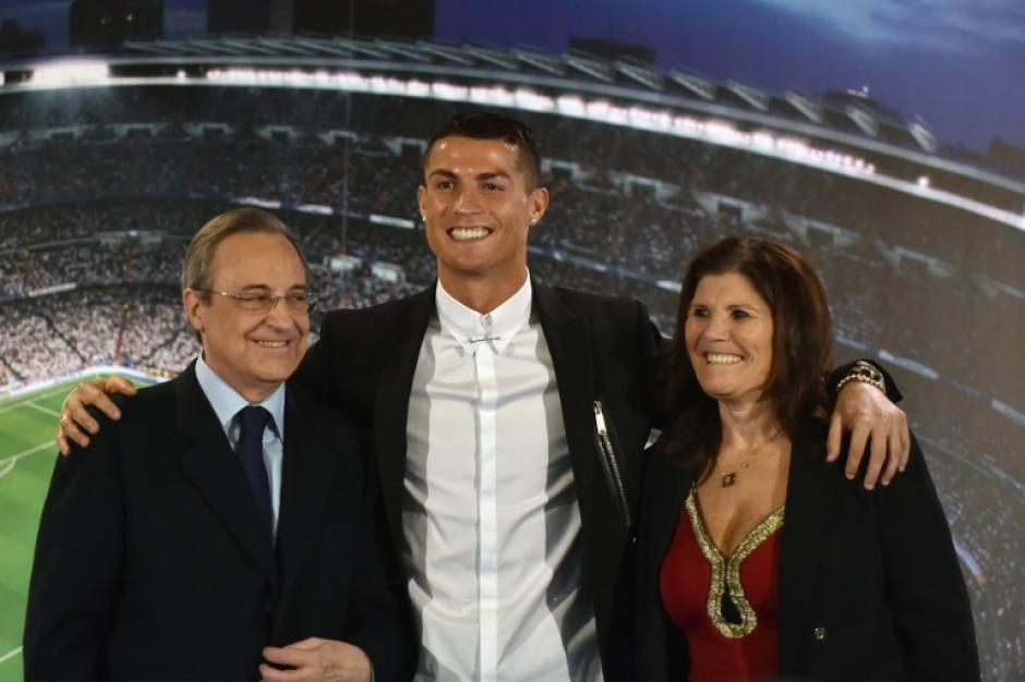 Cristiano con Florentino y Dolores, su madre. (Foto: AFP)