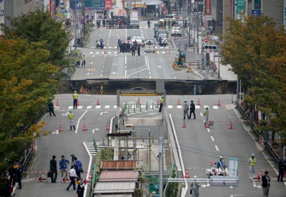 Una de las principales calles de esa ciudad colapsó. (Foto: AFP)