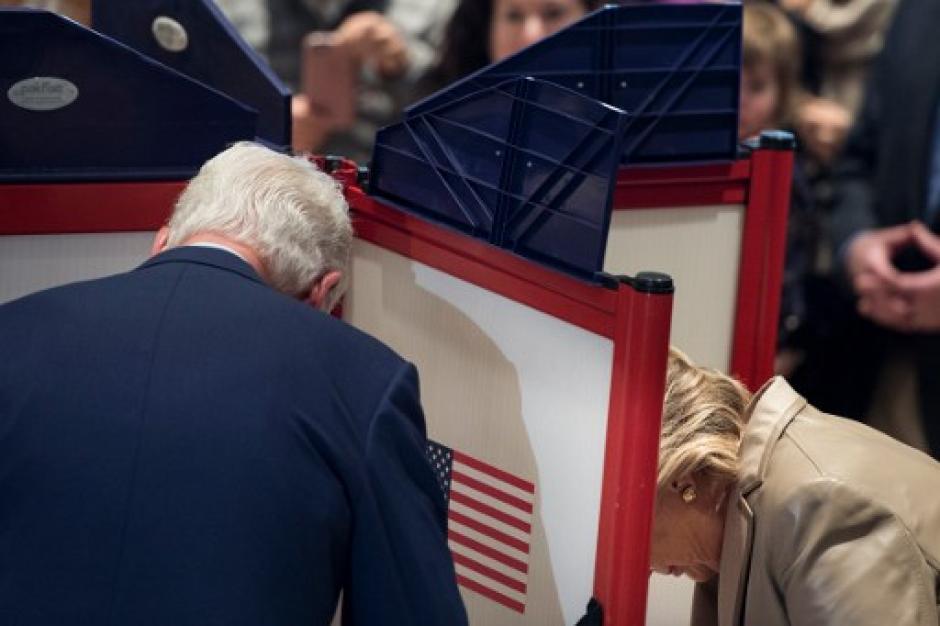Así fue el momento en que Clinton emitió su voto. (Foto: AFP)