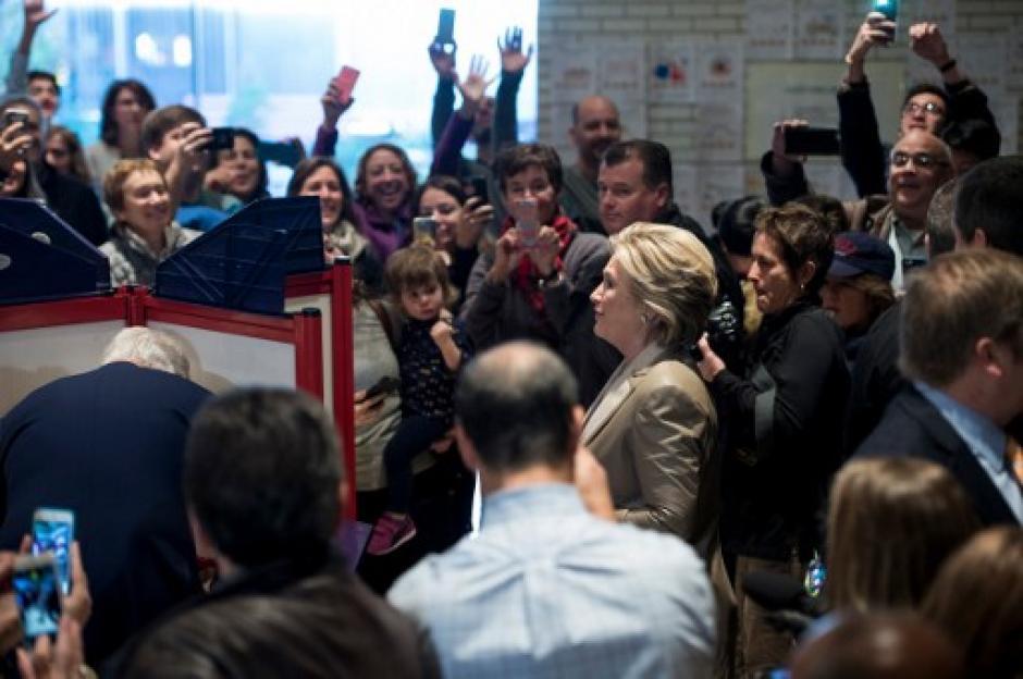 Los medios locales cubrieron el momento en que emitió el voto. (Foto: AFP)