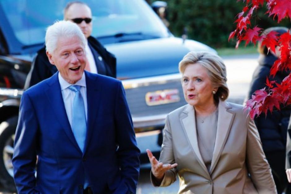 La candidata demócrata acudió a votar con su esposo. (Foto: AFP)