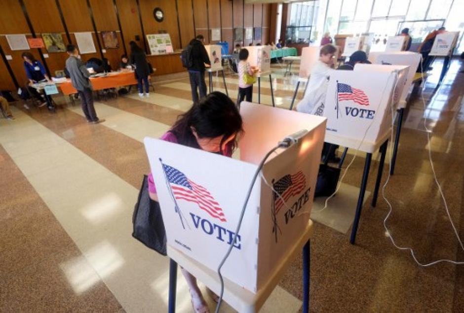 Cientos de personas han acudido a emitir su voto. (Foto: AFP)