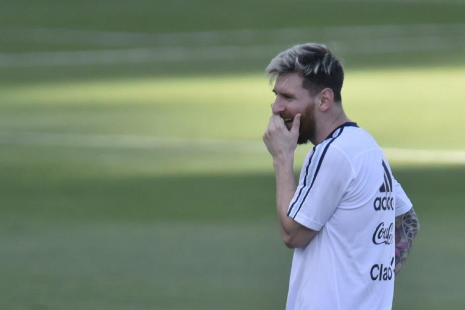 Leo Messi durante el entreno de Argentina...mientras alguien votaba por él. (Foto: AFP)